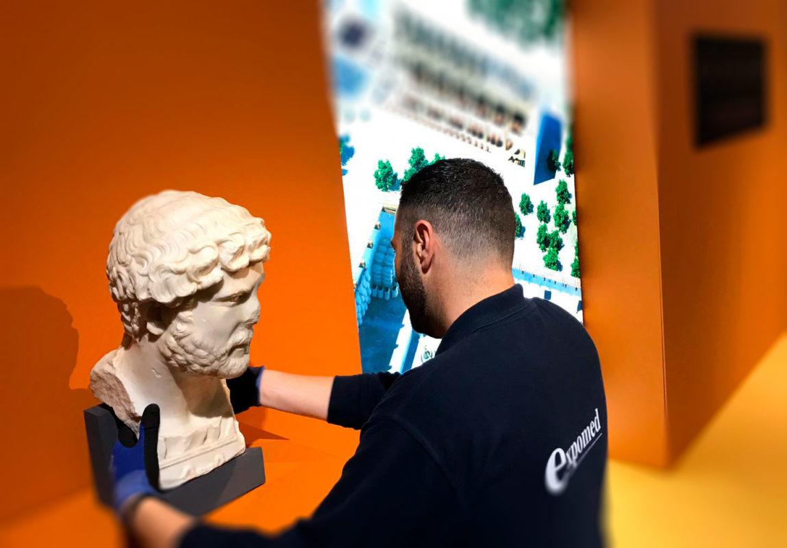 Montando escultura en exposición