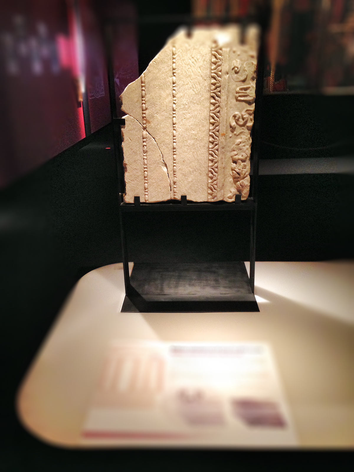 Anverso del escudo realizado en mármol mostrando ser parte de un templo romano