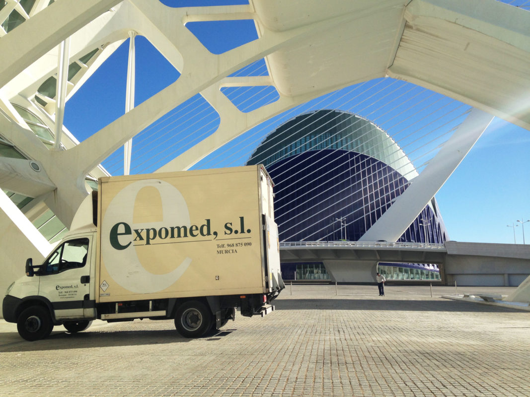 Camion de Expomed en transporte de obras